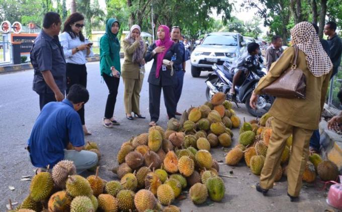 Permalink to Dipilih-dipilih! Durian di Jalan Balayasa Lahat Dijual Murah