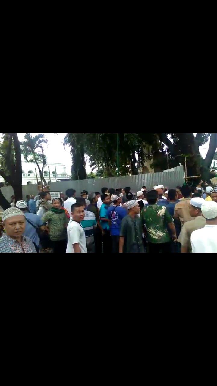 Permalink to Pedagang di Mesjid Agung 'Pukul Mundur' Satpol PP