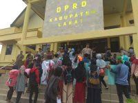 Puluhan Mahasiswa Serbu Gedung DPRD